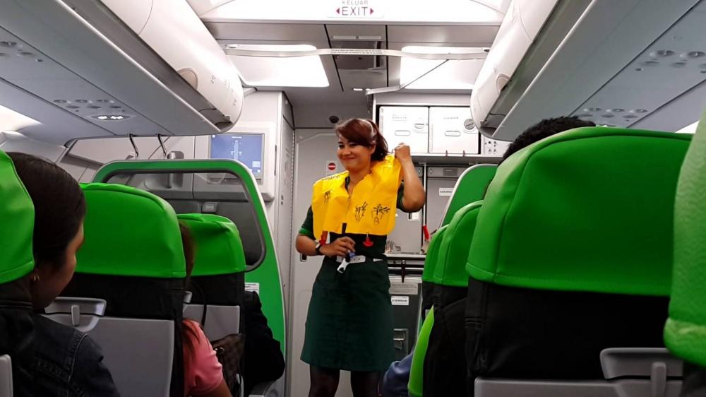 Serius Tapi Kocak, Cara Unik Kru Kabin Maskapai Indonesia Menjelaskan Safety Flight