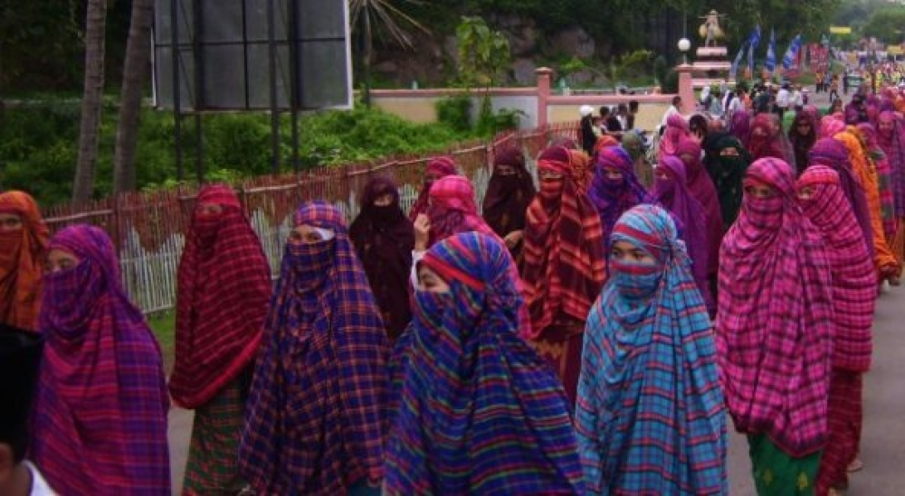 Warna-warni Kain Rimpu di Festival Tambora