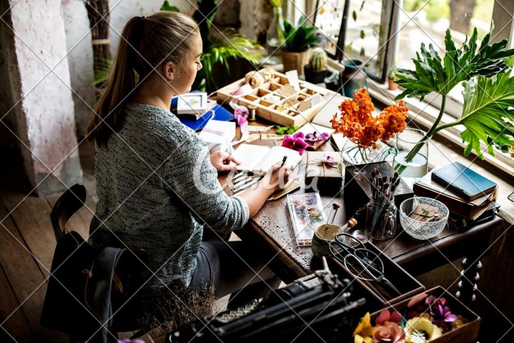 Perempuan Tangguh Tetap Menulis dan Selalu Berada dalam Komunitas Menulis