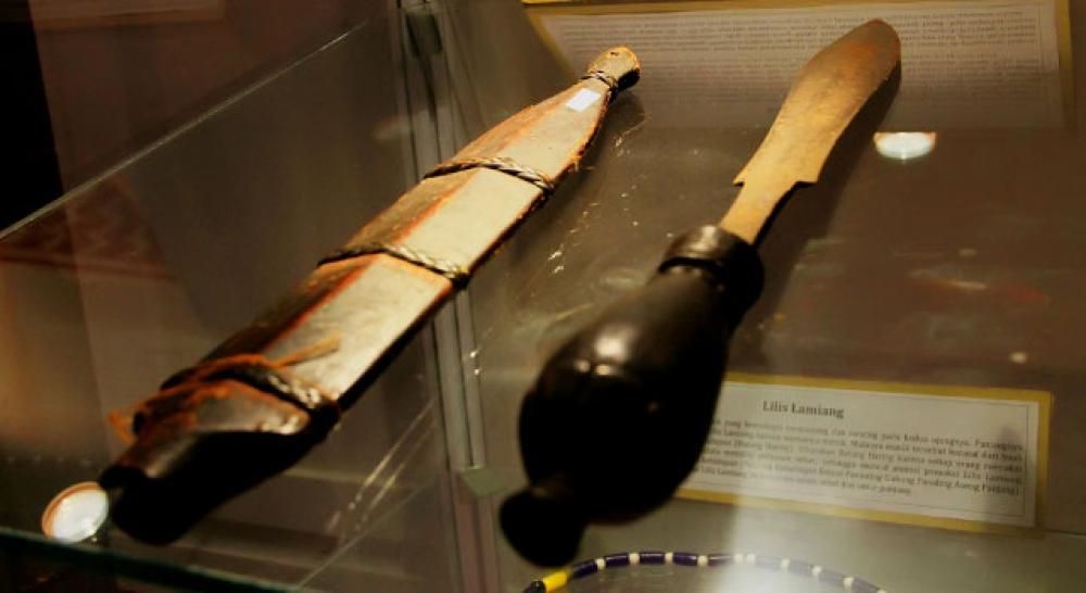 Senjata Tradisional Suku Dayak Buatan Makhluk Kayangan