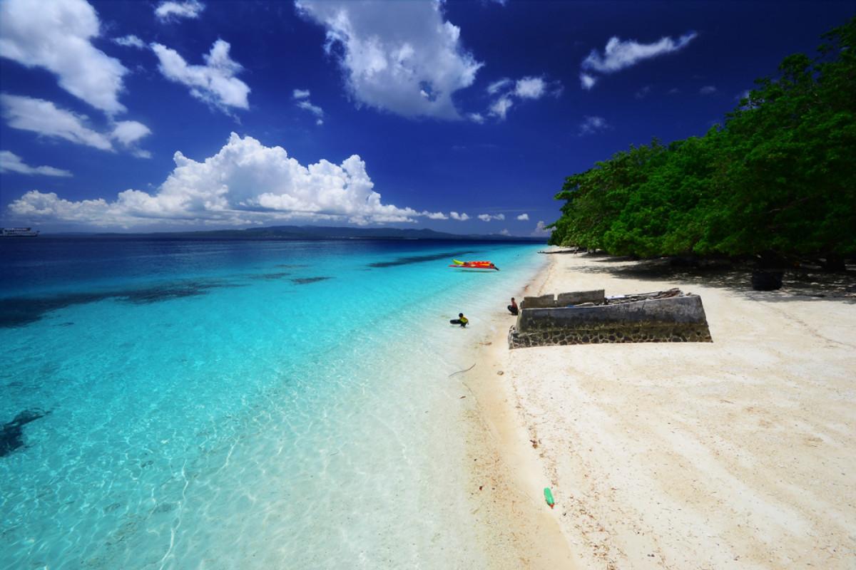 Eloknya Pantai Liang dan Sunyinya Pulau Pombo di Maluku