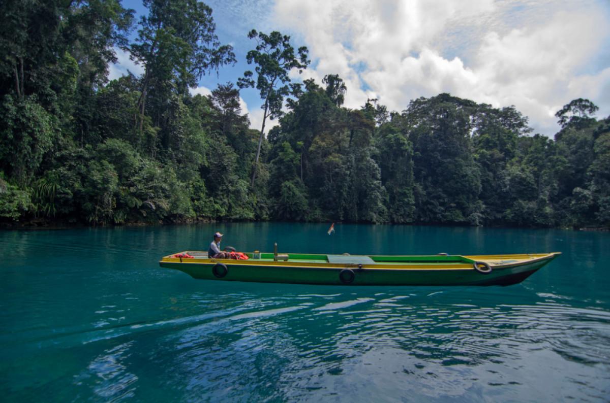 Pesona Danau, Teluk, dan Sungai di Indonesia dengan Perairan Jernih Sebening Cermin