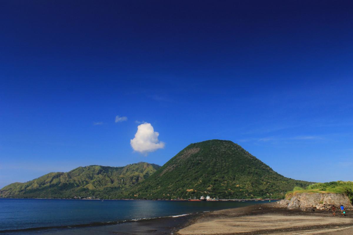 Pesona Pantai Mbu'u dan Mitos Munculnya 3 Gunung Akibat Cinta Terlarang
