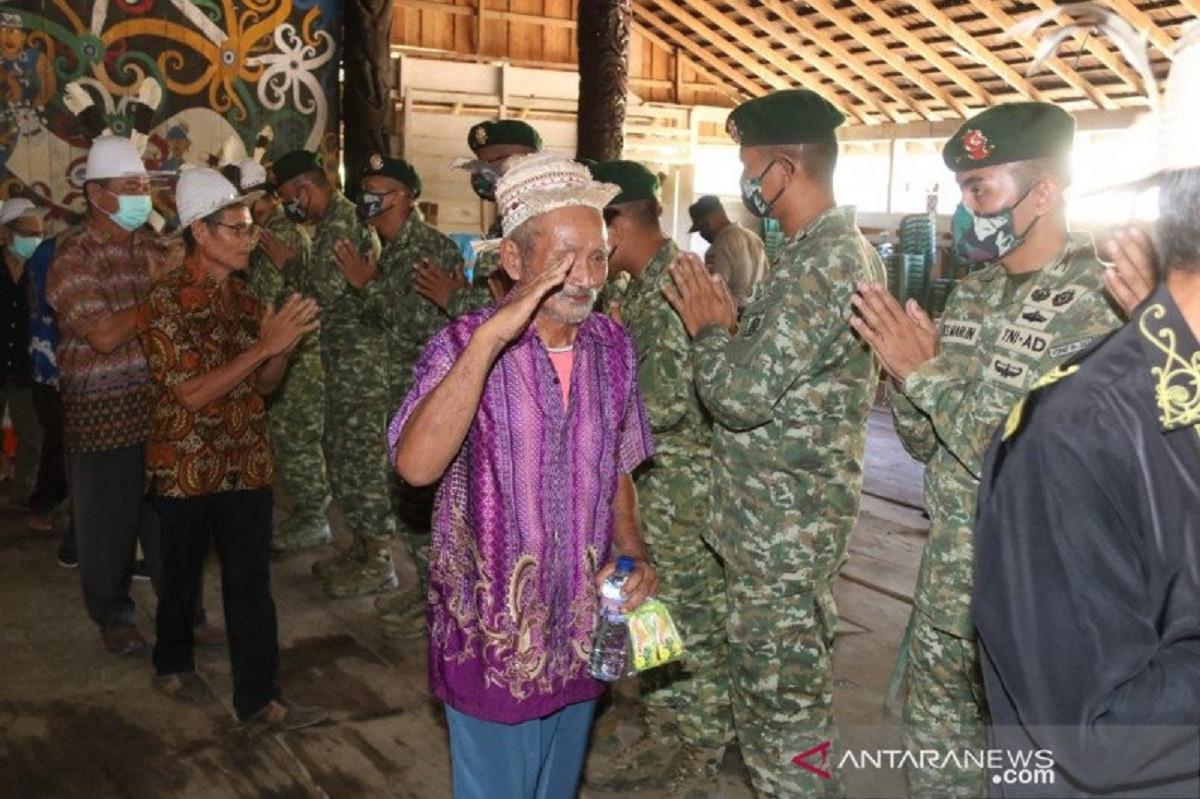 Pisah Sambut Satgas Perbatasan RI-Malaysia di Mahulu Berlangsung Haru