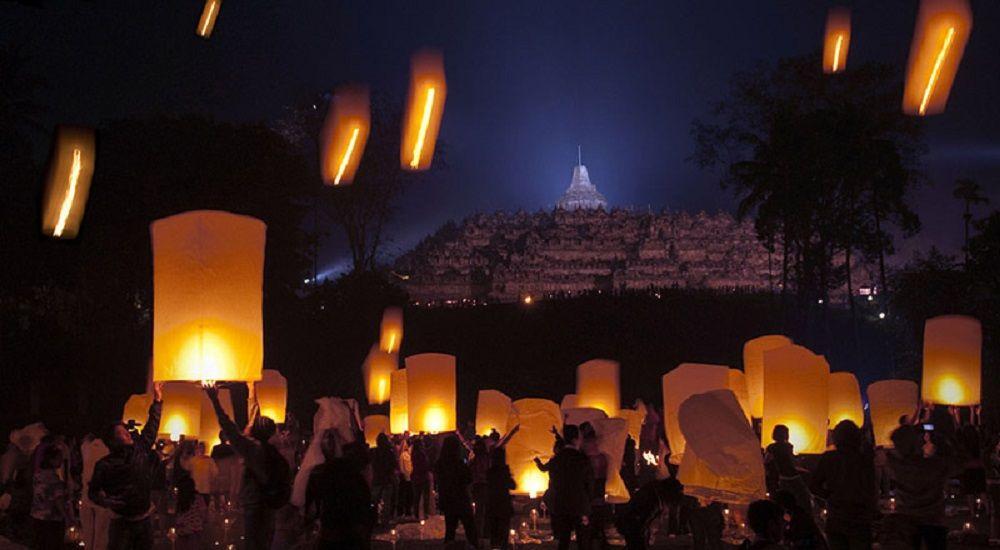 Merayakan Hari Lahir Buddha dengan Khidmat di Rumah Terbesarnya, Candi Borobudur