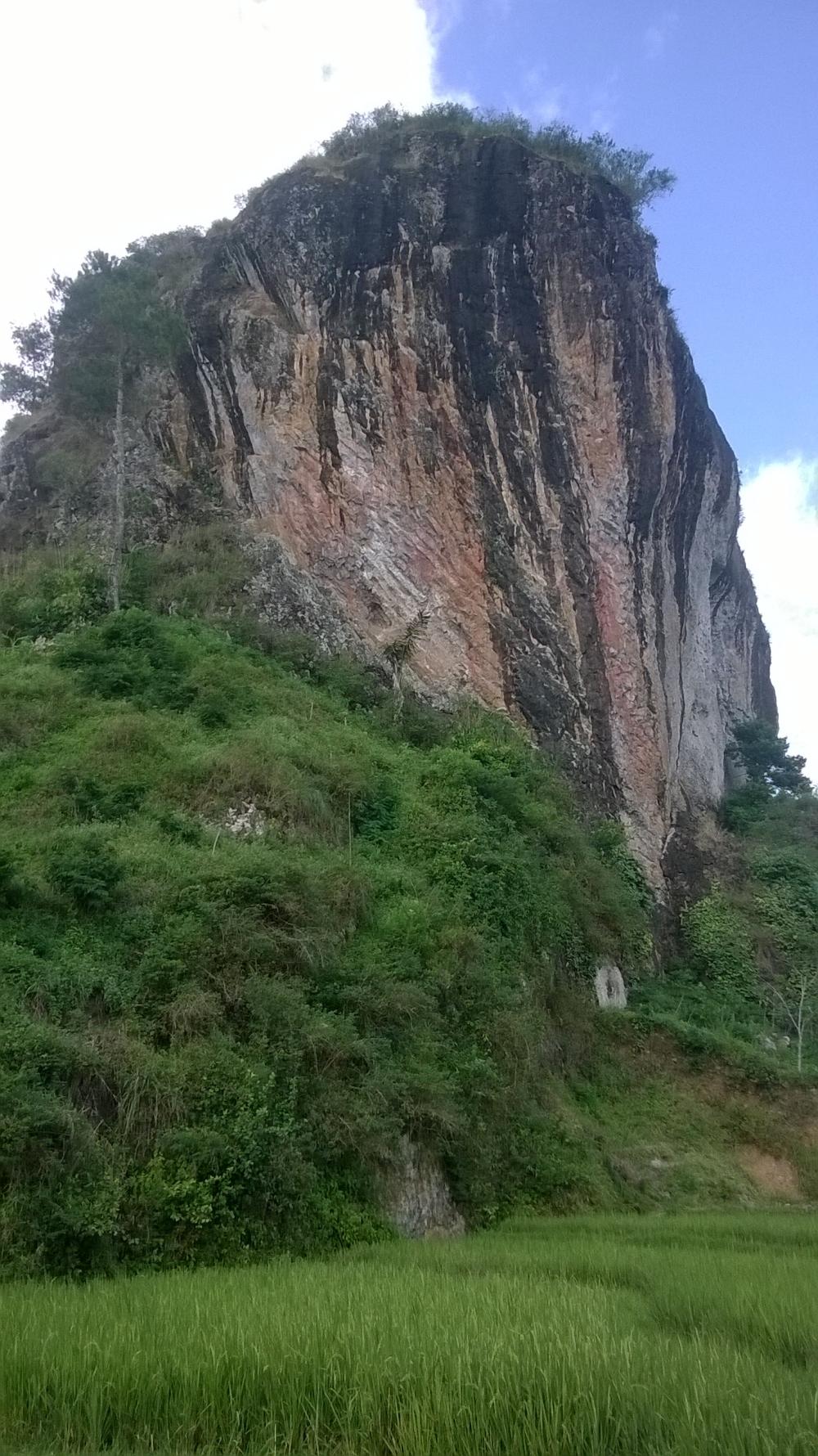 """""""Berbincang"""" dengan Batu di Wisata Watu Semaur"""