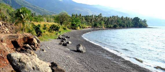 Sensasi Berendam Air Panas di Pasir Pantai Kawaliwu