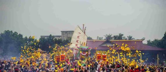 Prosesi Budaya Bakar Tongkang Riau yang Mempesona