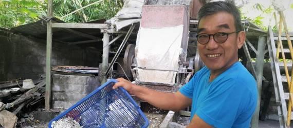 Boy Candra Sulap Sampah Plastik jadi Pipa Berharga