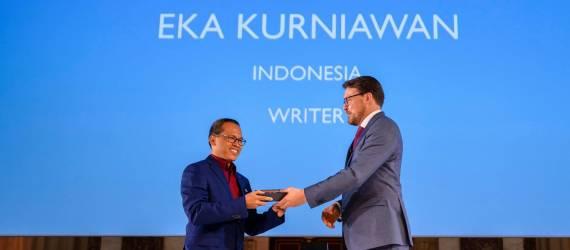 Penulis Ini Raih Penghargaan Sastra Internasional di Belanda!