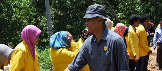 Kunjungi Lokasi KKM, Rektor UNDAR Resmikan Renovasi Masjid dan Serahkan Bantuan Untuk Warga Loricik