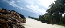 365Indonesia Hari 14: Menikmati Pantai yang Tenang di Pulau Palambak
