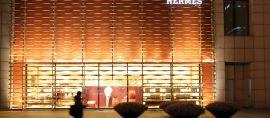 Motif Ikat Indonesia yang Memikat Hermes