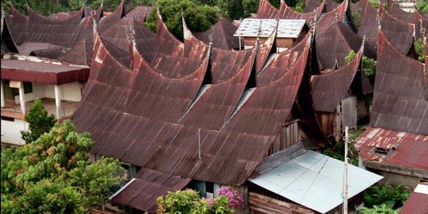 1413126-gonjong-atap-rumah-adat-minang-kawasan-nagari-1000-rumah-gadang-620X310