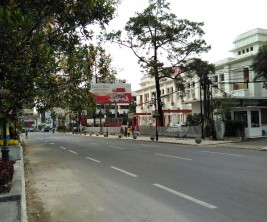 Salah satu sudut kota Bandung yang dihiasi bola - bola khusus untuk KAA