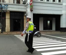 Pak Gungun si polisi yang telah bekerja dari selama 7 jam dan masih lanjut sampai waktu yang belum ditentukan
