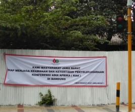 Spanduk dari masyarakat adat kota Bandung yang mendukung penuh pelaksanaan KAA