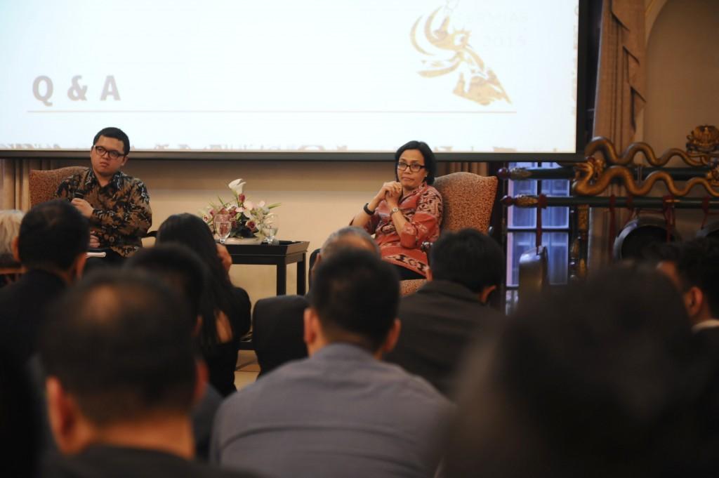 Sri Mulyani Indrawati (kanan) beserta moderator Garry Pawitandra Poluan (kiri) dalam Kongres Persatuan Mahasiswa Indonesia di AS