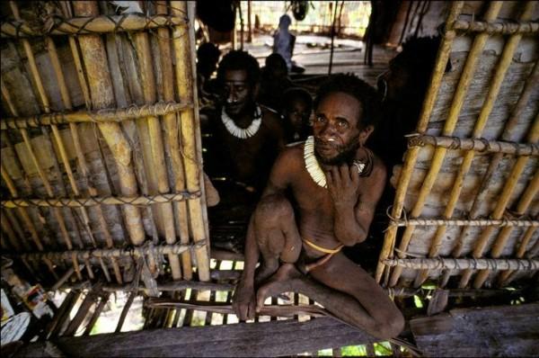 Korowai_tribe_and_their_tree_houses_8
