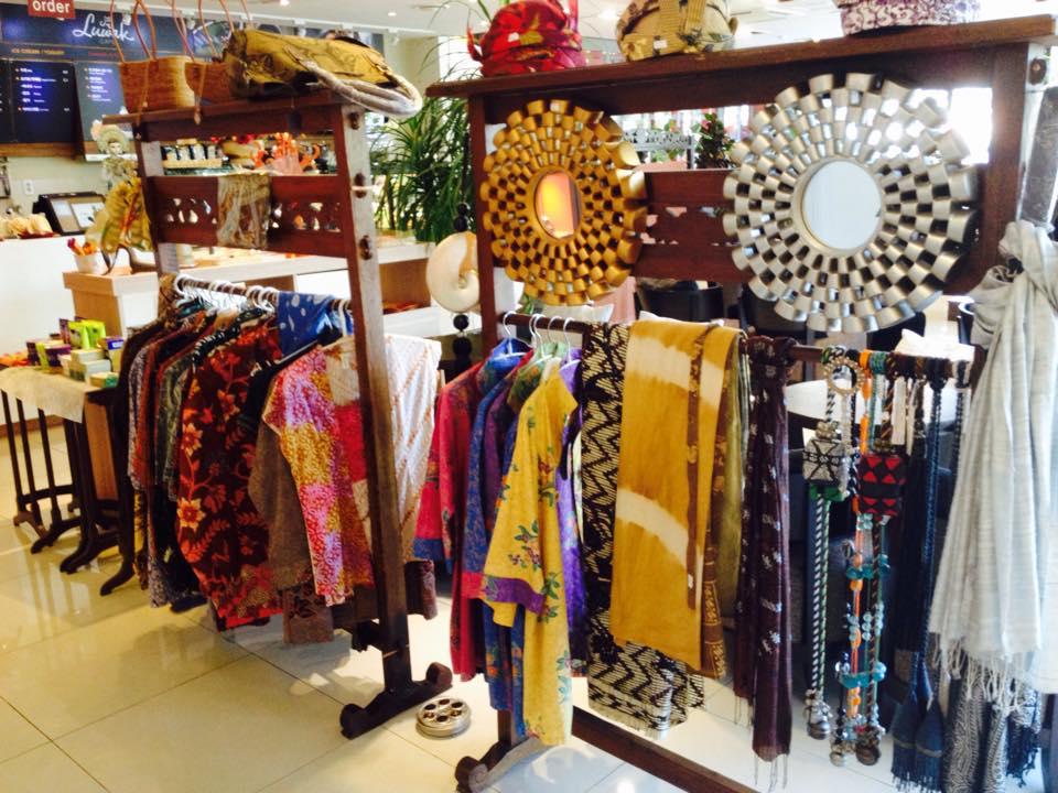 Batik dan kain khas Indonesia lainnya yang dijual di Cafe Luwak (Foto: Baguz Satrya)