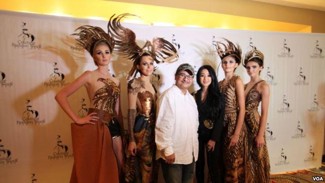 Diana bersama Produser VOA dan para model dalam karya couture bertema Garuda (foto: voaindonesia)