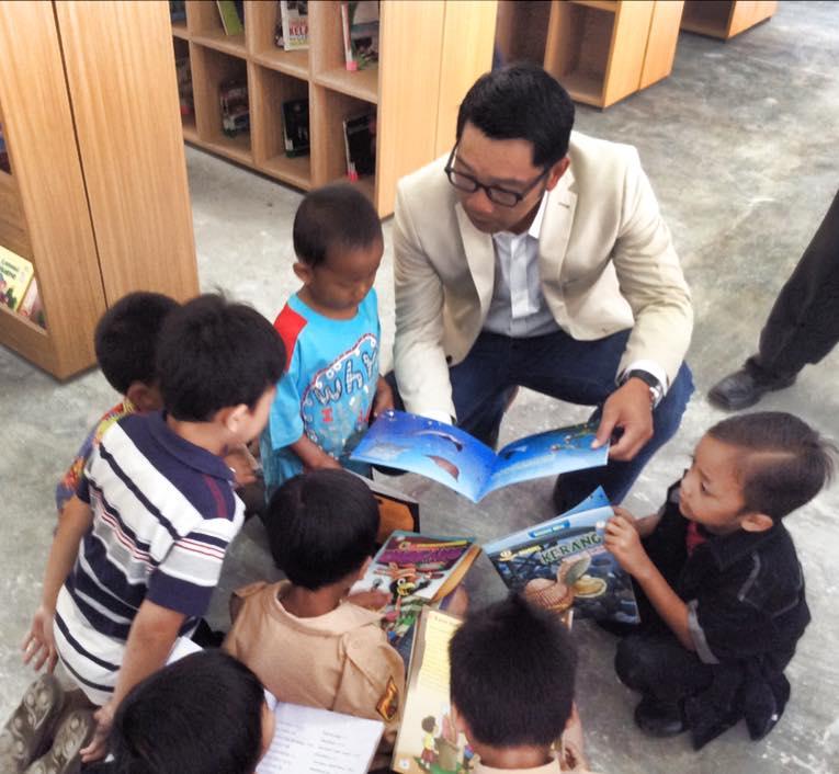 Anak-anak yang tinggal di sekitar Microlibrary di Taman Bima asik membaca buku (Foto: Ridwan Kamil)