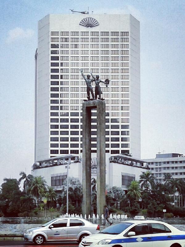 Patung Selamat Datang yang dibuat oleh Edhie Sunarso pada tahun 1962 sebagai bentuk simbolis penyambutan tamu-tamu mancanegara