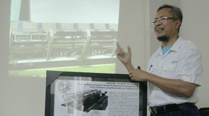 Gunawan Mempresentasikan desain Jembatan Sarang Lebahnya (Foto: Dian Kurniawan / Liputan6.com)