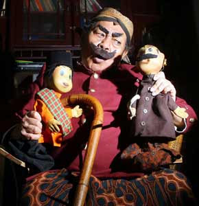 Pak Raden bersama boneka si Unyil buatannya