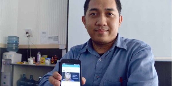 Fadli menunjukkan Aplikasi Pasienia Buatan Timnya (Foto: Rizal SN / Radar Jogja)