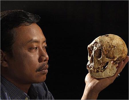 Thomas Sutikna bersama tengkorak Hobbit, Homo Florensis.