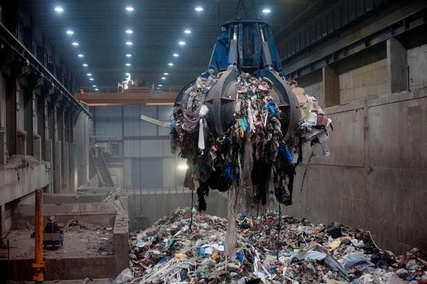 Sampah yang akan dimusnahkan dalam insinerator (Foto: Brian Cliff Olguin / NY Times)