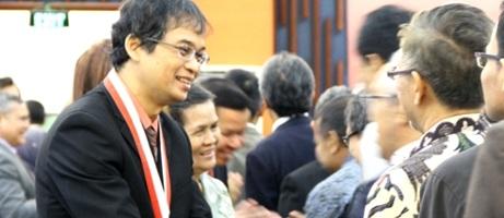 Sri WIdyantoro saat menerima Sarwono Award XIII 2014