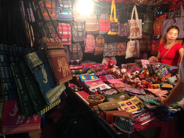 Penjual souvenir yang sangat ramah di Night Market, di tepi Sungai Mekong, Vientinae