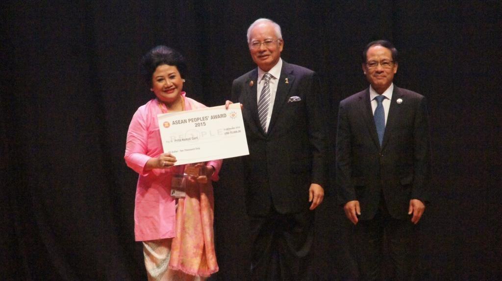 Prita Kemal Gani saat menerima APA (Foto: Rere / Atemalem.com)