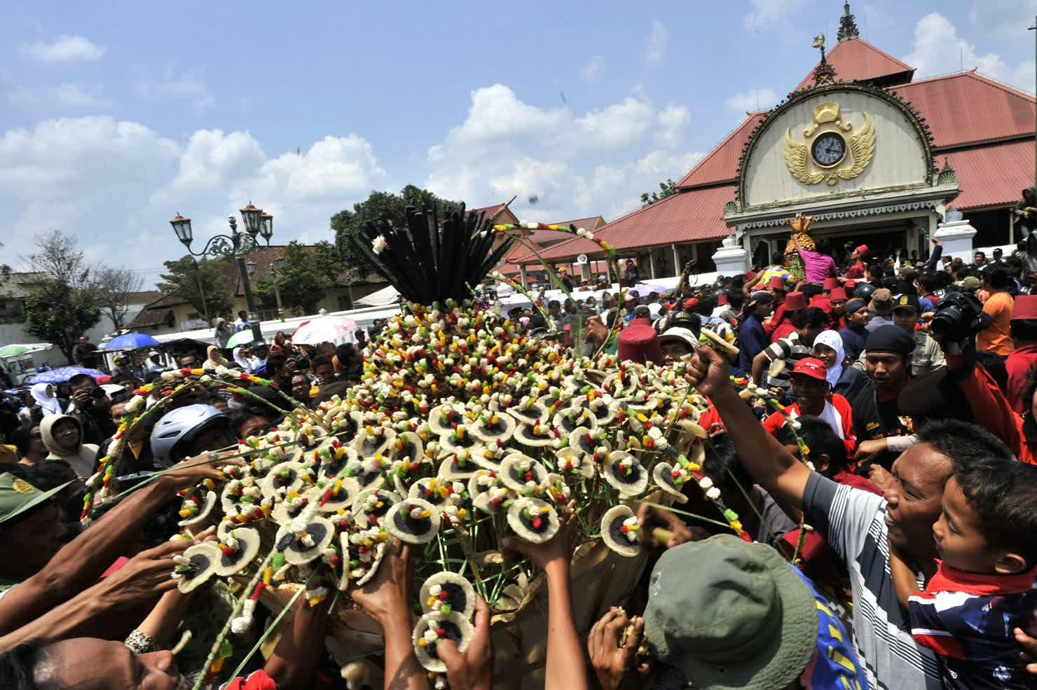 Perayaan Grebeg Maulud didepan Keraton Jogja