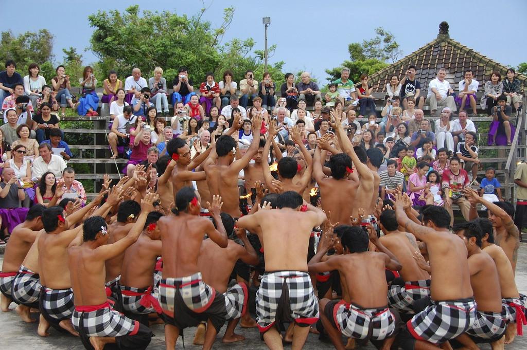 Tari Kecak di Uluwatu (Foto: Rollan Budi / Wikipedia)