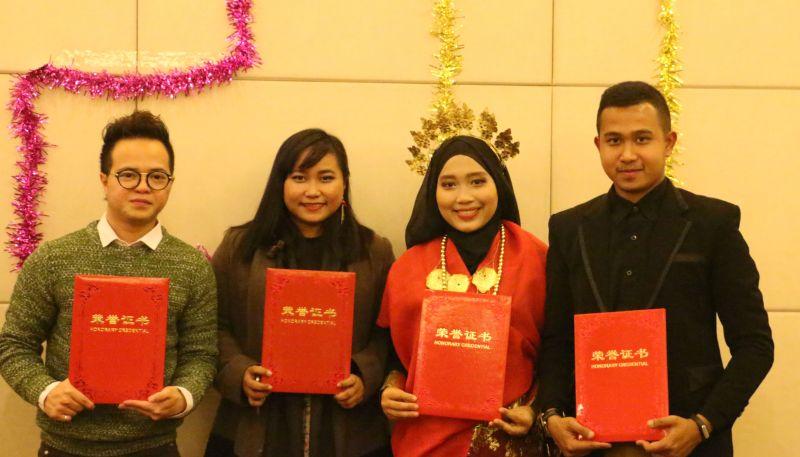 Empat mahasiswa Indonesia peraih penghargaan dari Nanchang University, China. Dari kiri ke kanan: Marvilo, Arini, Marwah, Ckhalik.  (Foto: Sitti Marwah / Okezone)