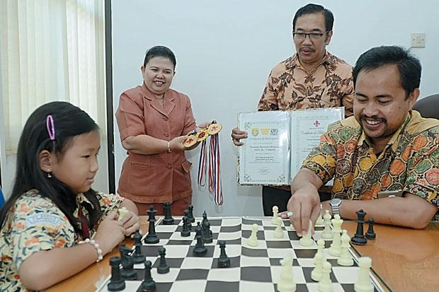 Marvella saat berada di Kantor Kadisdik Surabaya Kadisdik Surabaya Dr M Ikhsan (Foto: Soeprayitno / SINDO)
