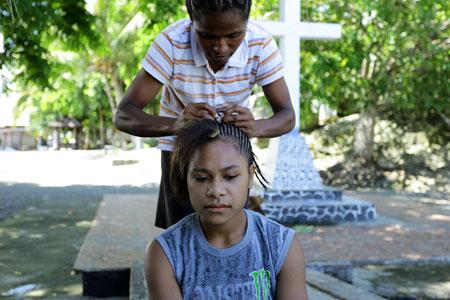 Menganyam Rambut Khas Perempuan-perempuan di Papua