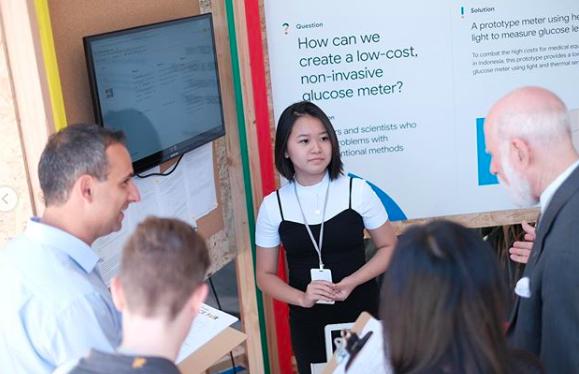 Celestine Wenardy menjelaskan proyek alat glukometer non-invasif | Foto: Google Indonesia