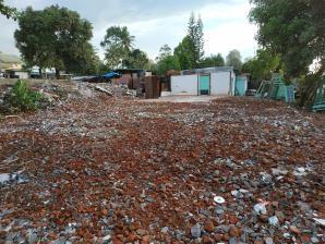 Sekolah di Desa Santong, Lombok Utara hancur akibat gempa bumi berkekuatan 7.0 SR pada 5 Agustus 2018. Anak-anak bermain di tiang gelantung di antara puing-puing akibat gempa bumi | Foto: Happy Hearts Indonesia/2018
