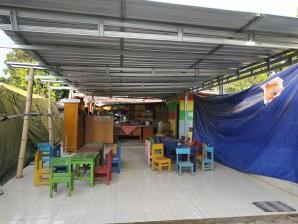 Kegiatan belajar mengajar di ruang kelas darurat pasca-gempa bumi Lombok | Foto: Happy Hearts Indonesia/2018