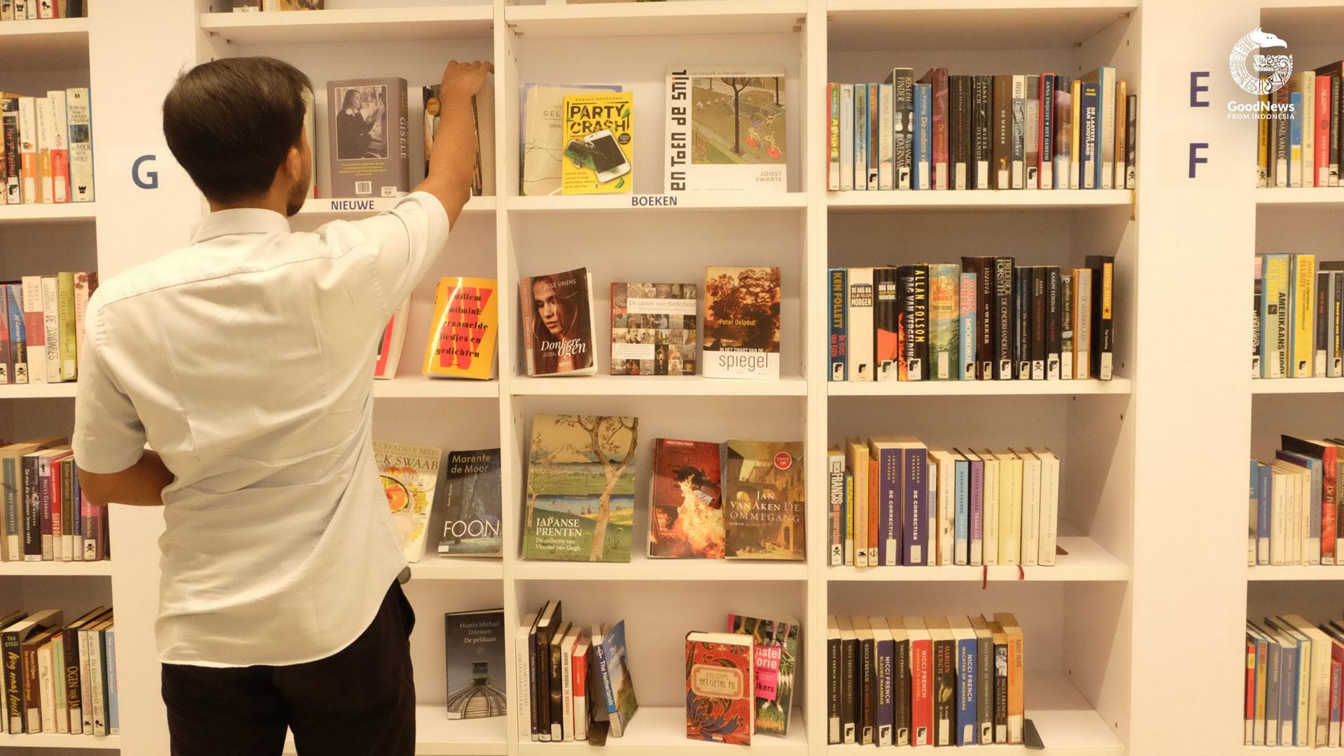 Seorang pengunjung sedang memilih buku   Foto: Novita Caesaria/ GNFI