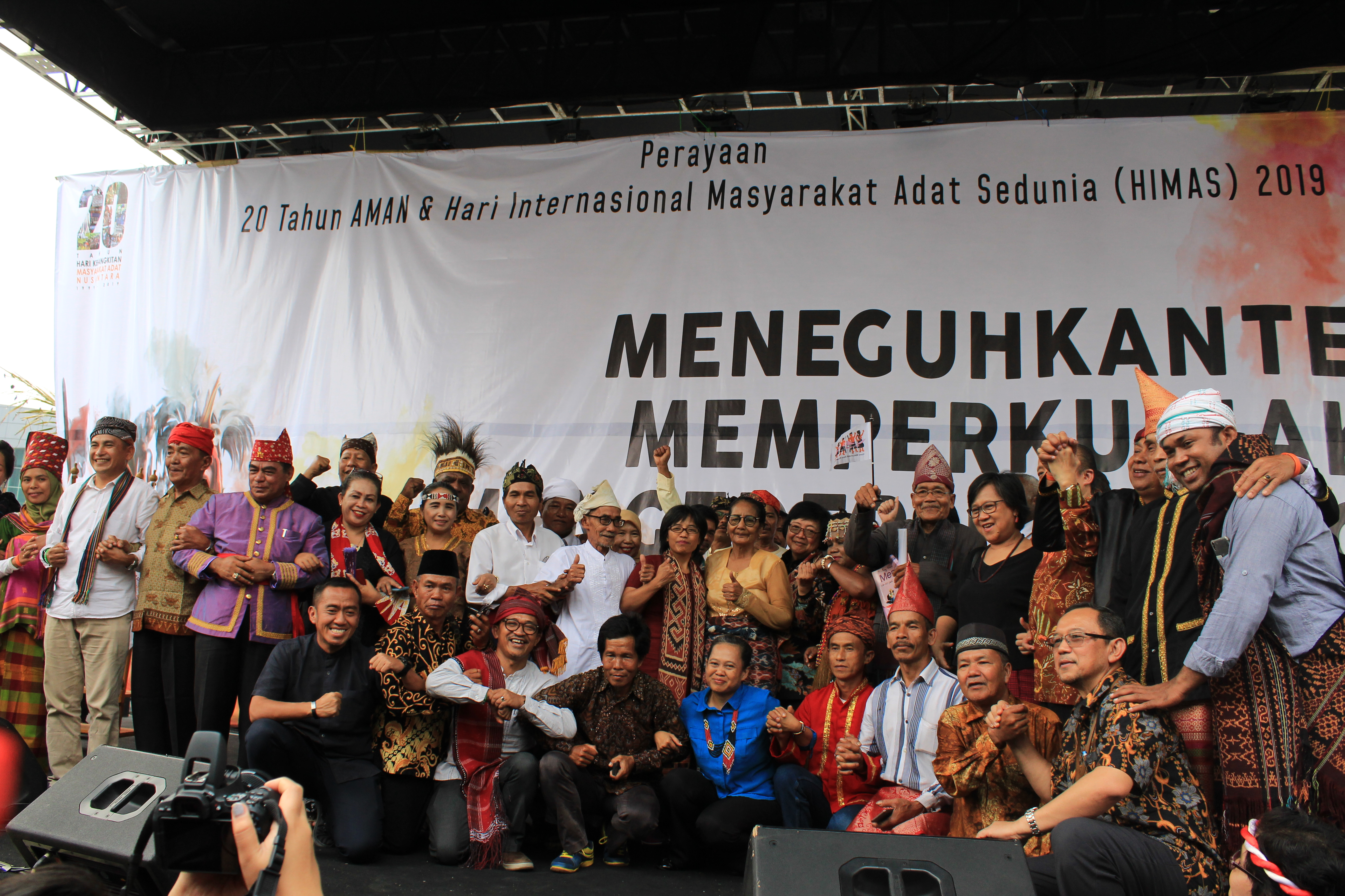 "Sesi foto bersama seluruh masyarakat adat dalam gelaran festival ""20th Hari Kebangkitan Masyarakat Adat Nusantara""   Foto: Aliansi Masyarakat Adat Nusantara (AMAN)"