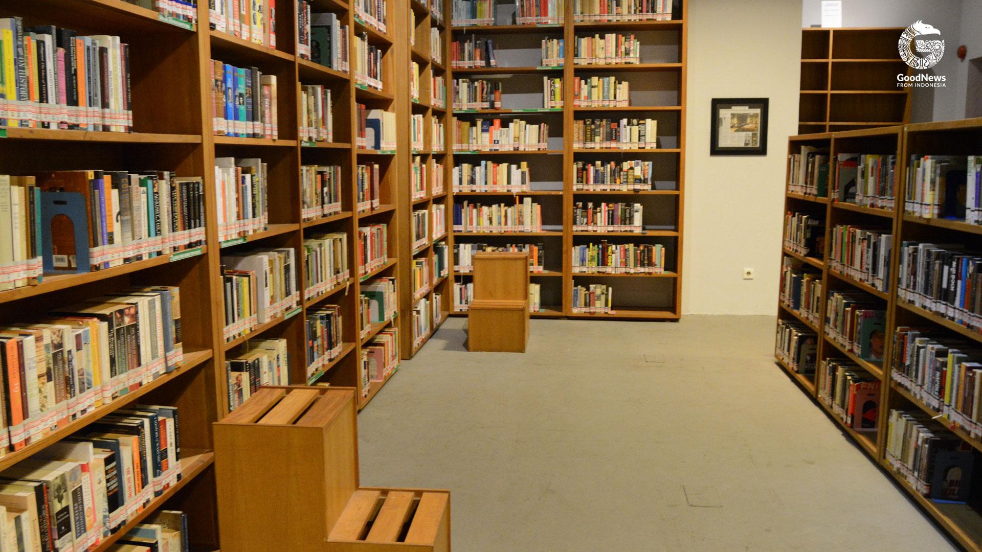 Rak bermacam buku di Perpustakaan Freedom | Foto: Novita/GNFI
