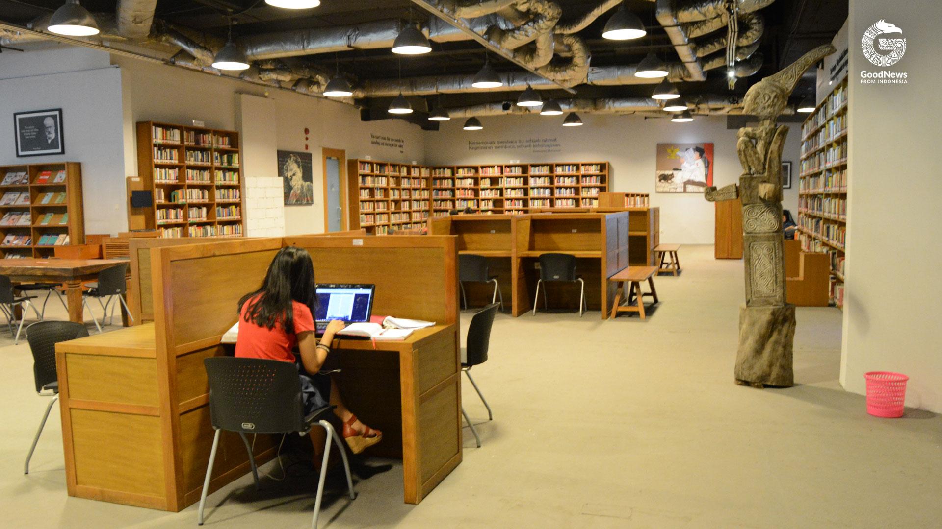 Meja berbilik di Perpustakaan Freedom | Foto: Novita Caesaria/GNFI