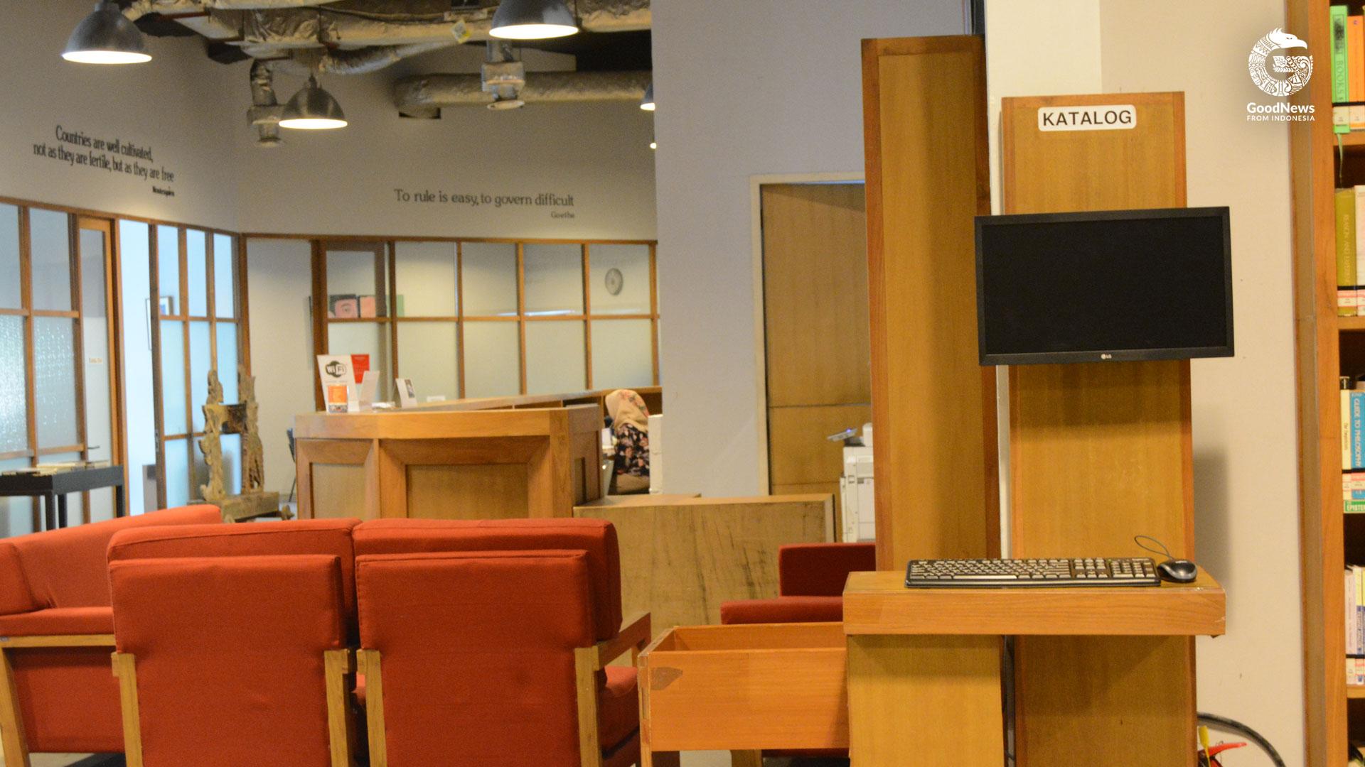 Komputer pencarian buku di Perpustakaan Freedom | Foto: Novita Caesaria/GNFI