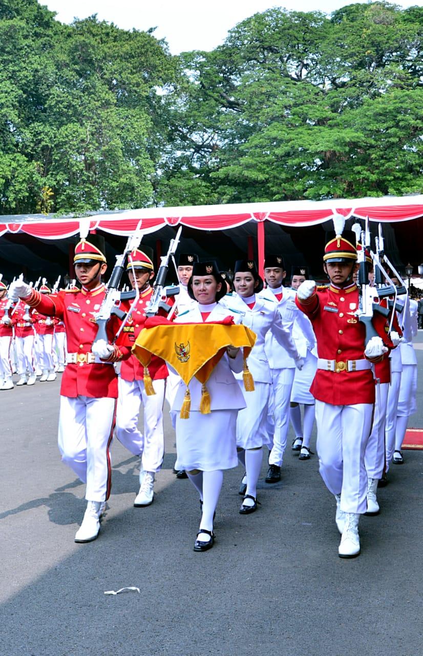 Para paskibraka sedang bertugas | Foto: presidenri.go.id