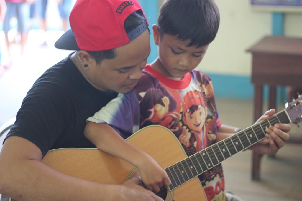 Mendidik lewat musik: memenuhi tuntutan hati untuk berbagi, Aday memilih kembali pulang dari perantauan.